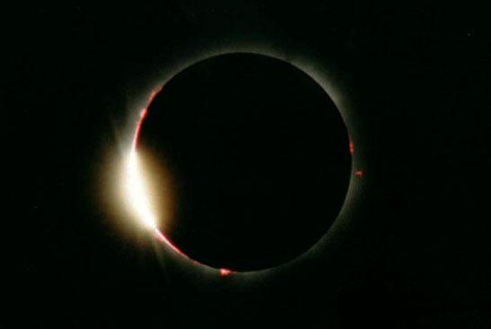 Eclissi parziale di sole: occhi al cielo