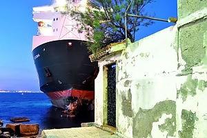 Messina.Trainata la nave incagliata sugli scogli a Ganzirri