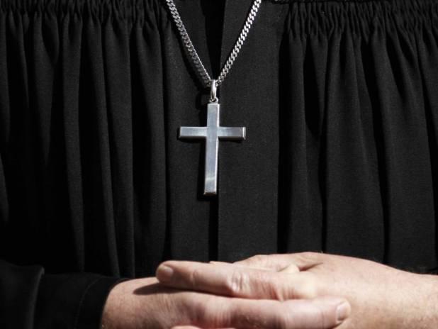 Orge in canonica: prete sospeso